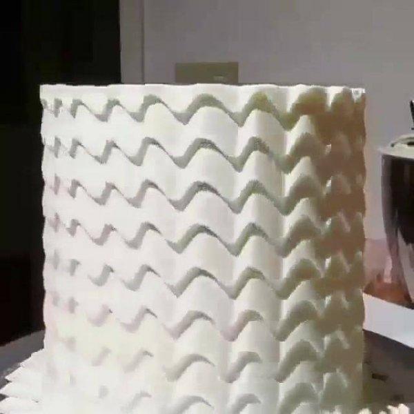 Jeito mais simples de decorar um bolo redondo nas laterais, confira!