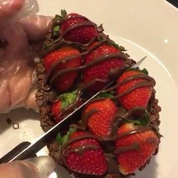Ovo de Páscoa com morangos e creme, parece muito bom, confira!