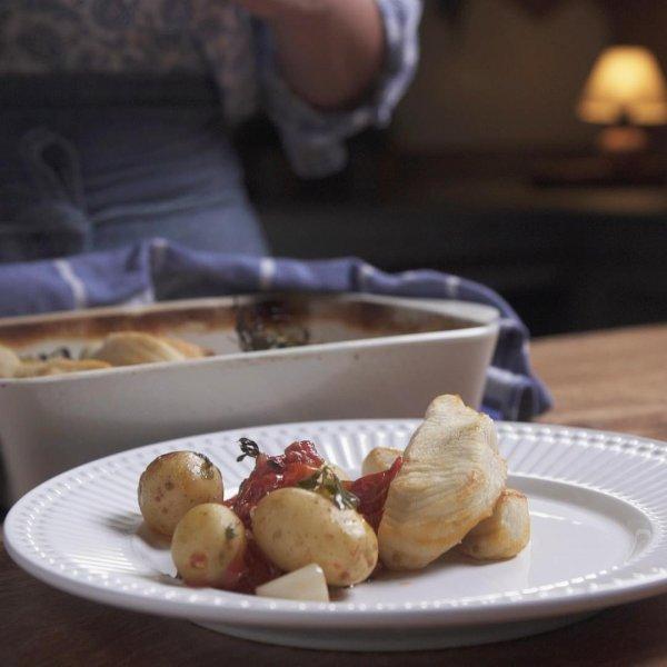 Peixe assado sobre cama de tomates e ervas, uma ótima opção para o almoço!