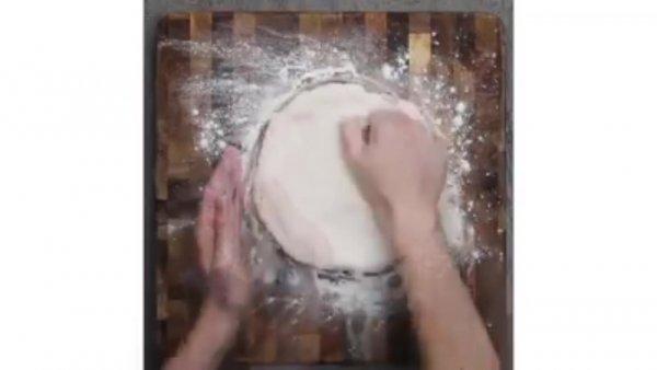 Pizza caseira fácil de fazer, essa receita vai salvar a sua noite!